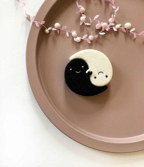 Figurilla de fieltro en forma de el ying y el yang