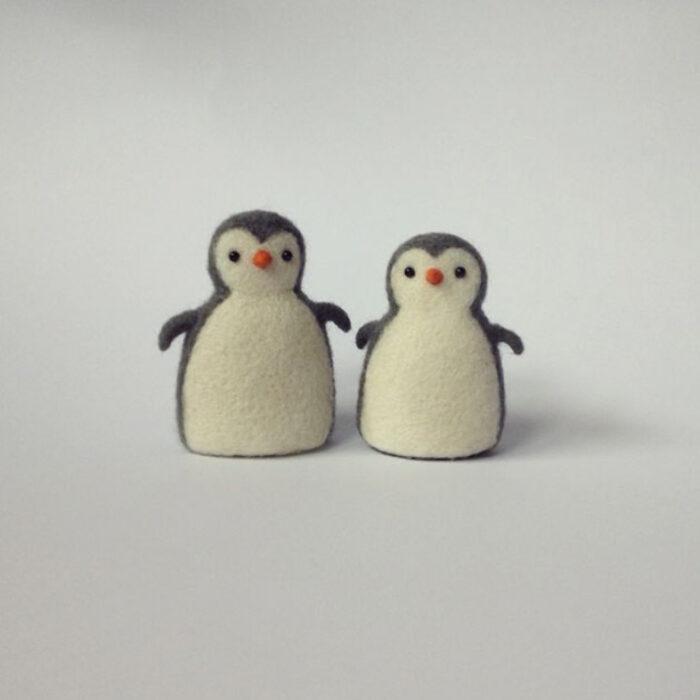 Figurilla de fieltro en forma de pingüinos
