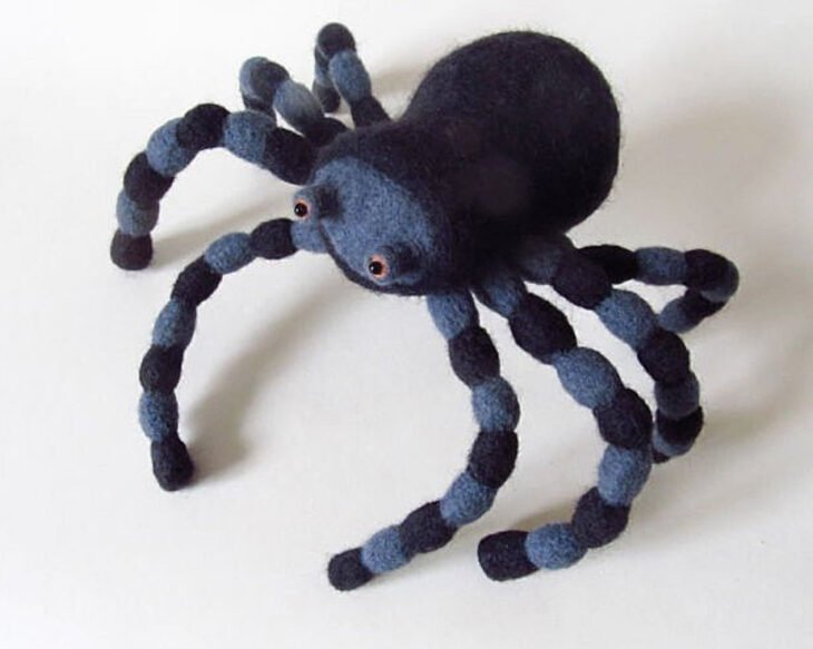 Figurilla de fieltro en forma de tarantula