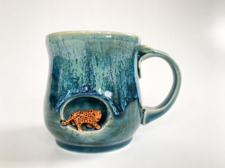 Taza de Brooke Knippa de AP Curiosities Art Studio de Jaguar