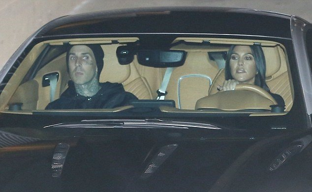 Kourtney Kardashian y Travis Barker paseando dentro de una camioneta