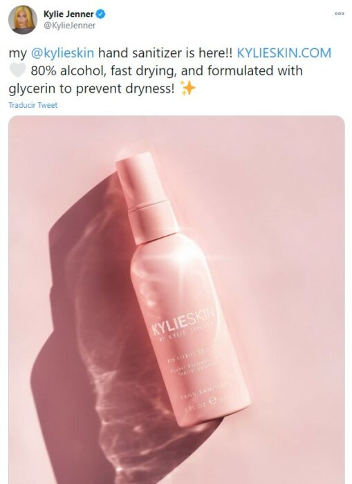 Twitter de Kylie Jenner promocionando su nueva linea de desinfectante de manos