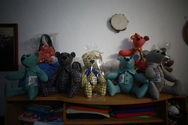 Convierte la ropa de las víctimas de covid-19 en hermosos osos de peluche