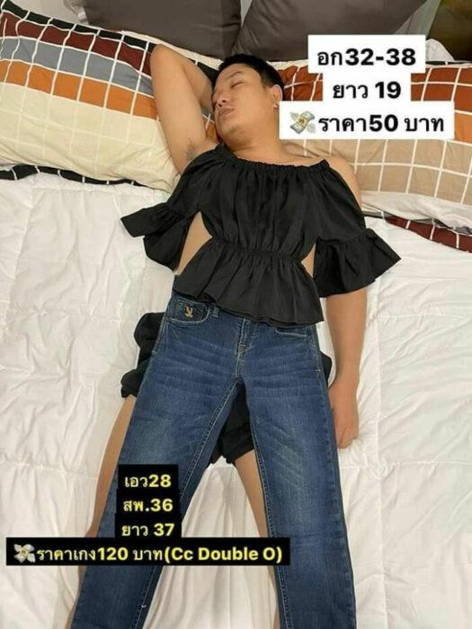 Hombre dormido con jeans y camisa corta sobrepuestas; Mujer utiliza a su esposo dormido como maniquí para vender ropa en línea