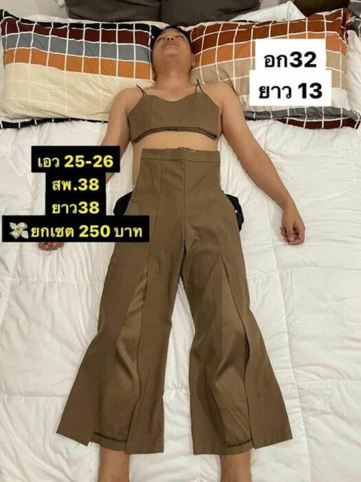 Hombre dormido con traje sobrepuesto de dos piezas en color beige; Mujer utiliza a su esposo dormido como maniquí para vender ropa en línea