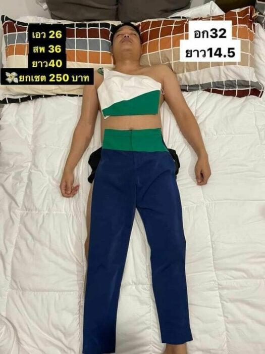 Hombre dormido son un traje de dos piezas sobrepuesto; Mujer utiliza a su esposo dormido como maniquí para vender ropa en línea