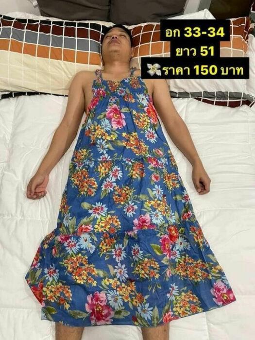Hombre dormido con un vestido de tirantes azul sobrepuesto; Mujer utiliza a su esposo dormido como maniquí para vender ropa en línea