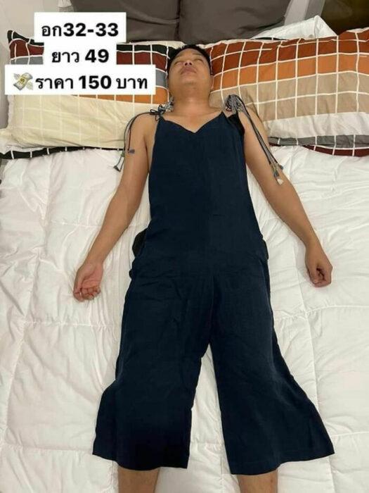 Hombre dormido llevando sobrepuesto un traje sastre negro de dos piezas; Mujer utiliza a su esposo dormido como maniquí para vender ropa en línea