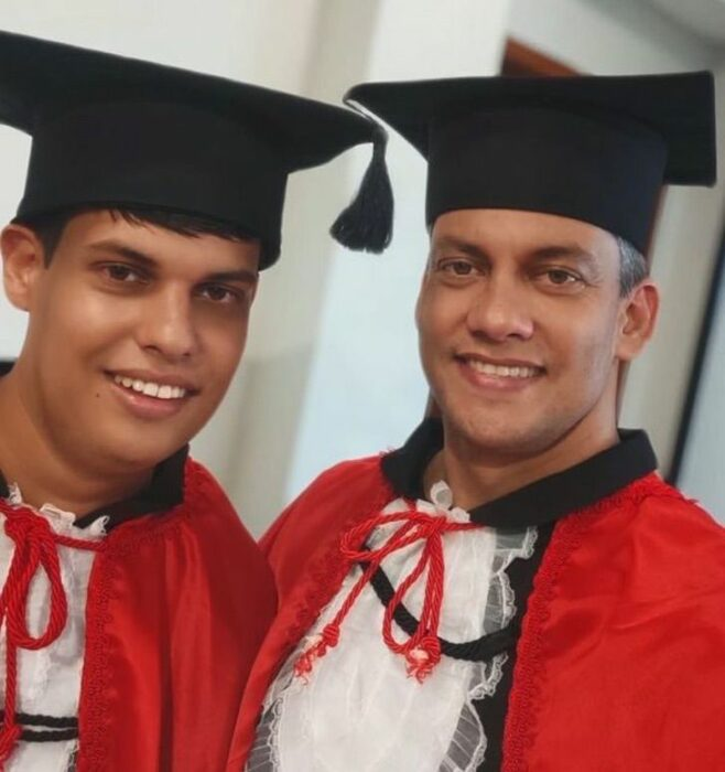 Padre e hijo llevando sus togas de graduación; Padre ingresa a estudiar para apoyar a su hijo con Asperger