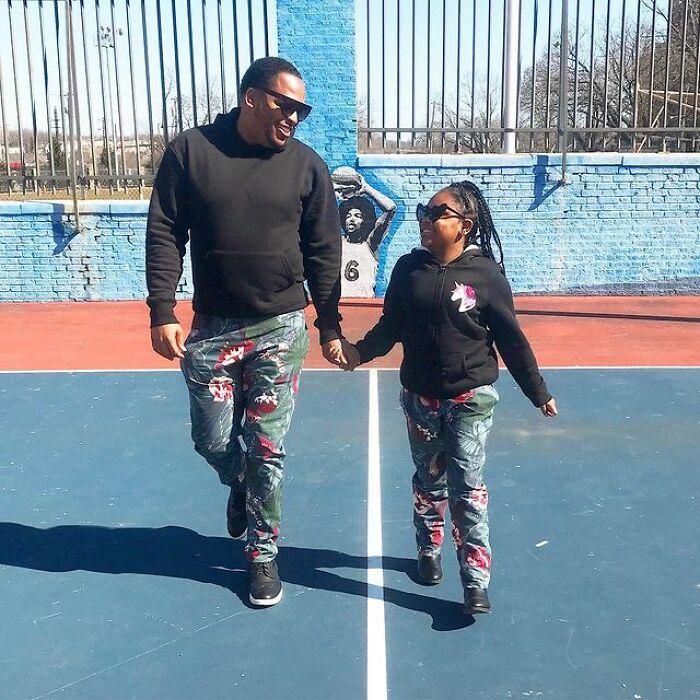 Padre e hija llevando conjuntos deportivos a juego ;Michael Gardner y Ava; Papá crea más de 200 outfits a juego con su hija para ayudarle a sentirse segura