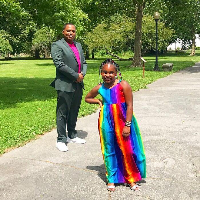 Padre e hija llevando piezas a juego en color rosa fucsia;Michael Gardner y Ava; Papá crea más de 200 outfits a juego con su hija para ayudarle a sentirse segura