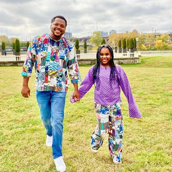 Padre e hija llevando conjuntos a juego en colores claros;Michael Gardner y Ava; Papá crea más de 200 outfits a juego con su hija para ayudarle a sentirse segura
