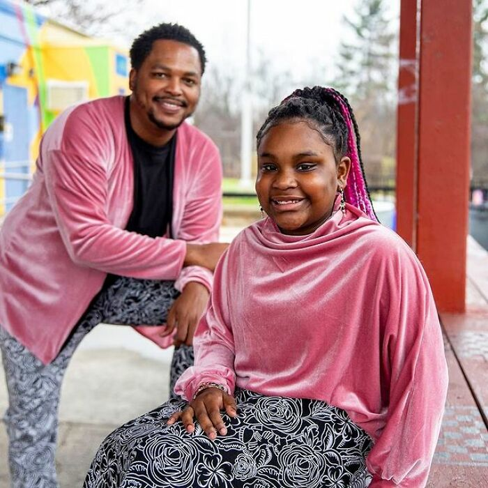Padre e hija llevando prendas a juego en tonos rosa pastel y estampados floreados;Michael Gardner y Ava; Papá crea más de 200 outfits a juego con su hija para ayudarle a sentirse segura