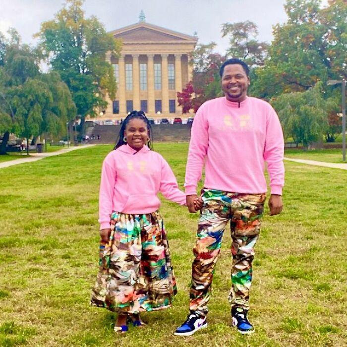 Padre e hija llevando conjuntos a juego en colores rosa;Michael Gardner y Ava; Papá crea más de 200 outfits a juego con su hija para ayudarle a sentirse segura