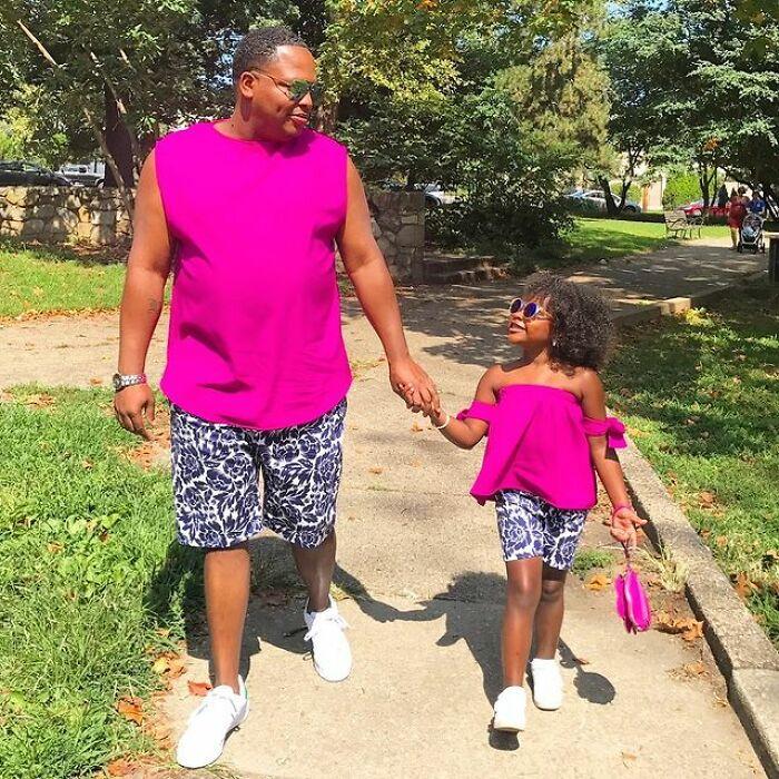 Padre e hija llevando outfits a juego en color rosa fuscia;Michael Gardner y Ava; Papá crea más de 200 outfits a juego con su hija para ayudarle a sentirse segura