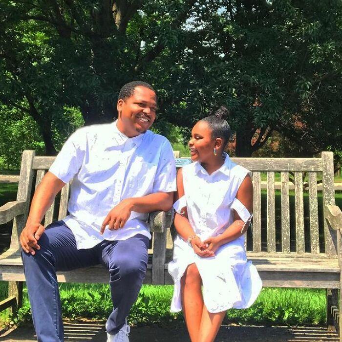Padre e hija llevando prendas blancas a juego;Michael Gardner y Ava; Papá crea más de 200 outfits a juego con su hija para ayudarle a sentirse segura
