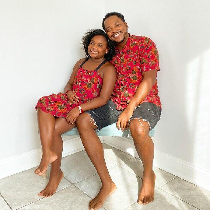 Padre e hija llevando playeras a juego en color rojo;Michael Gardner y Ava; Papá crea más de 200 outfits a juego con su hija para ayudarle a sentirse segura