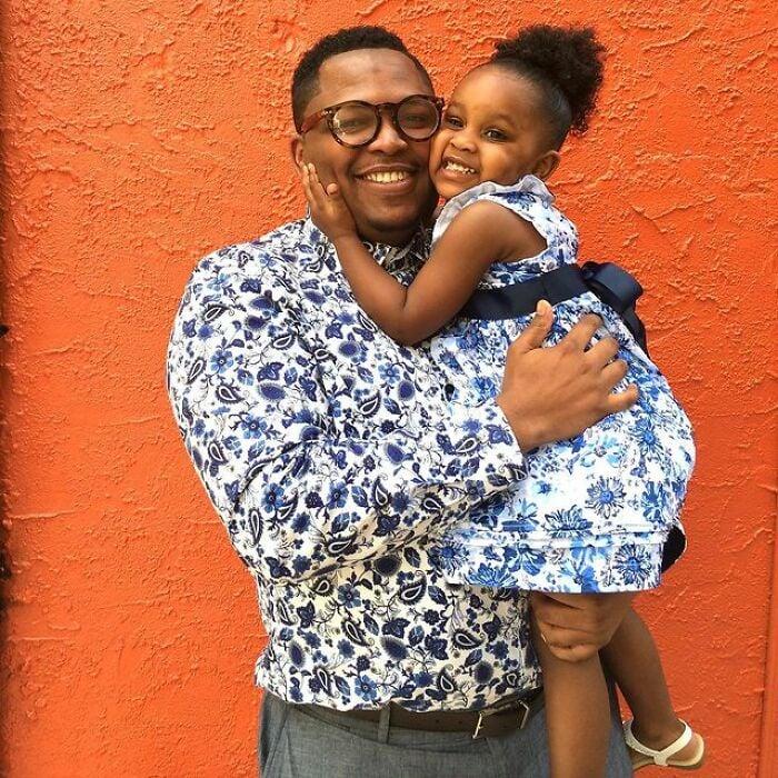 Padre e hija llevando prendas a juego con estampados florales;Michael Gardner y Ava; Papá crea más de 200 outfits a juego con su hija para ayudarle a sentirse segura