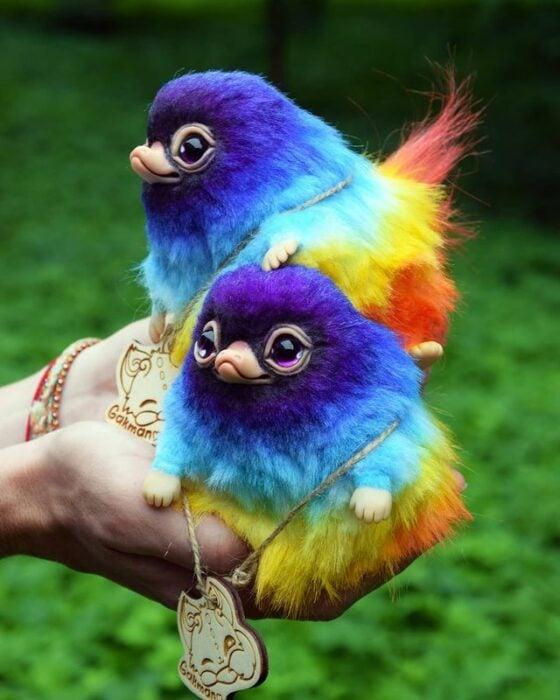 Peluches de pajaritos de colores