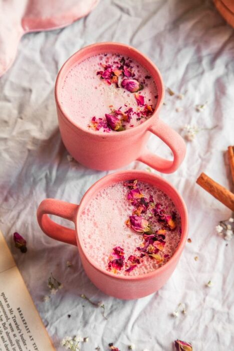 Tazas rosas pastel rellenas de Pink Moon Milk para descansar