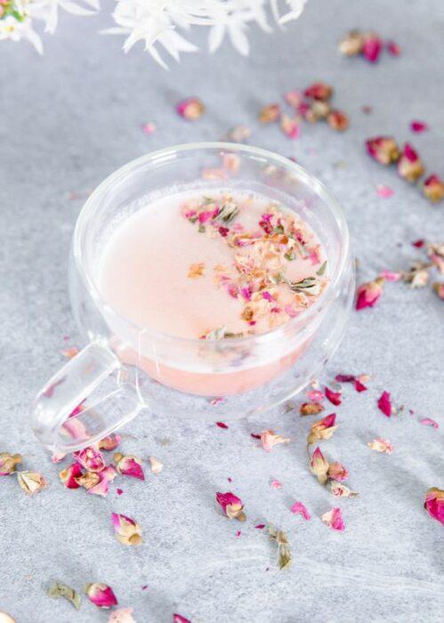 Taza de cristal con Pink Moon Milk para descansar