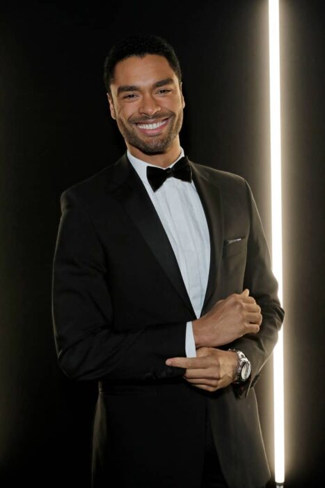 Actor Regé-Jean Page usando con traje