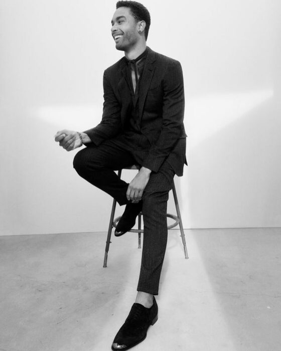 Actor Regé-Jean Page usando outfit negro