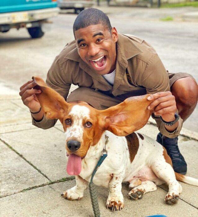 Repartidor Jason Hardesty posando con un perrito
