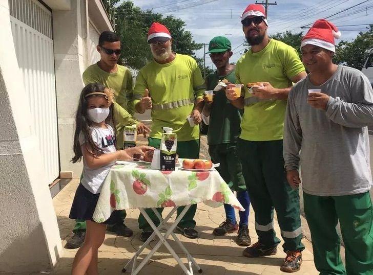 Sofia Tolini y los recolectores de basura a quienes recibió con un rico desayuno