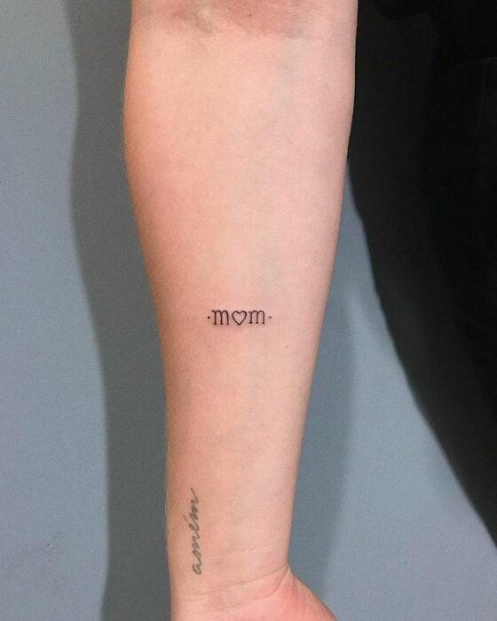 """Tatuaje en el brazo de """"mom"""""""