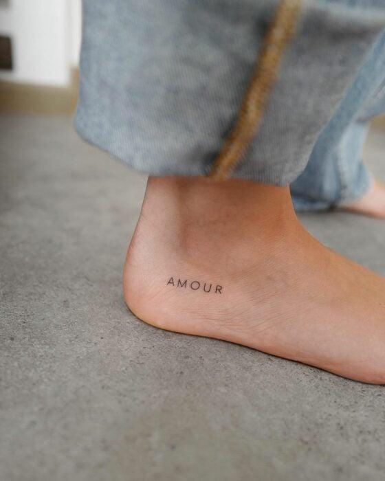 """Tatuaje de palabra """"amor"""" en el pie"""