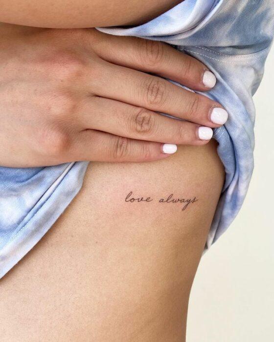 """Tatuaje de palabra """"love always"""" en las costillas"""