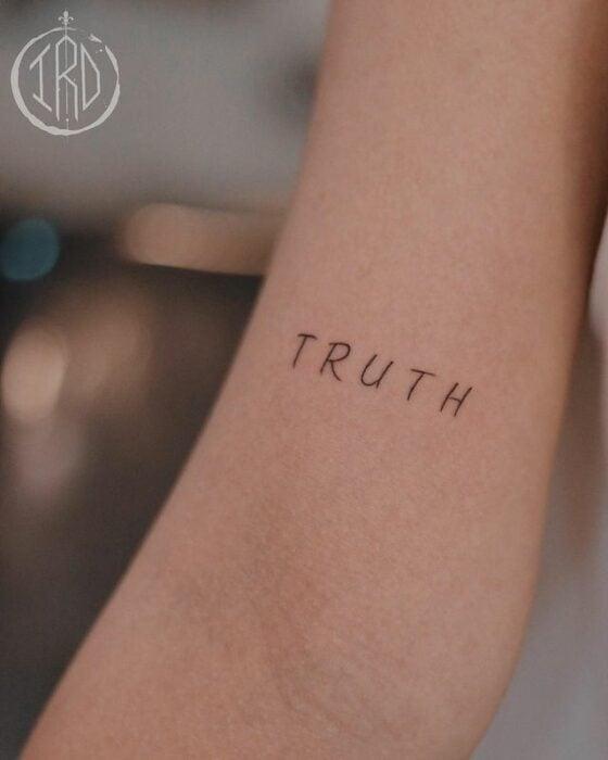"""Tatuaje de palabra """"truth"""" en el brazo"""