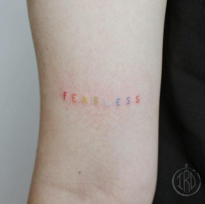"Tatuaje de palabra ""fearless"" en el brazo"