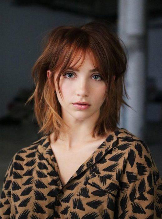 Chica de cabello cobrizo, en corte bob con fleco de cortina
