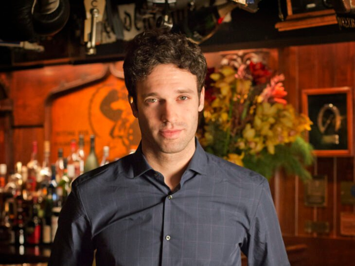 Jake Epstein como Alphonso en The Umbrella Academy 3; 'The Umbrella Academy' anuncia nuevos personajes para su temporada 3