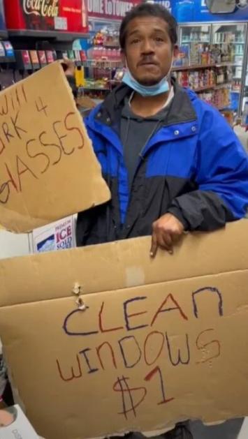 Tiktoker ayuda a hombre sin hogar a comprar lentes que necesitaba