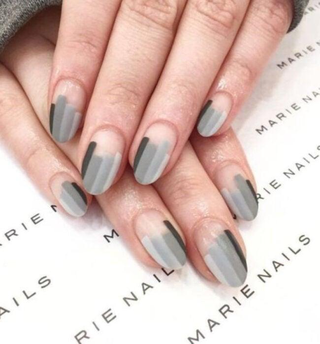 Manicura con diseño de líneas en gamas grises