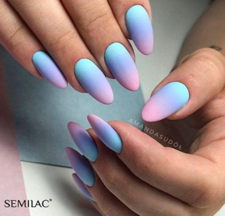 Manicura con estilo degradado en colores azul, morado y rosa
