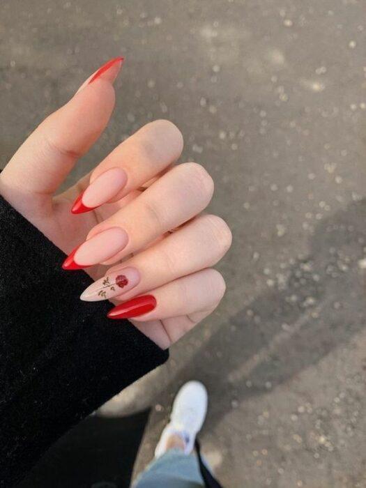 Chica con manicura stiletto en color rojo