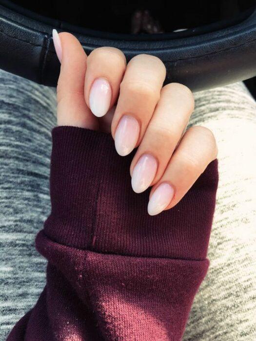 Chica con manicura stiletto en color blanco con efecto natural