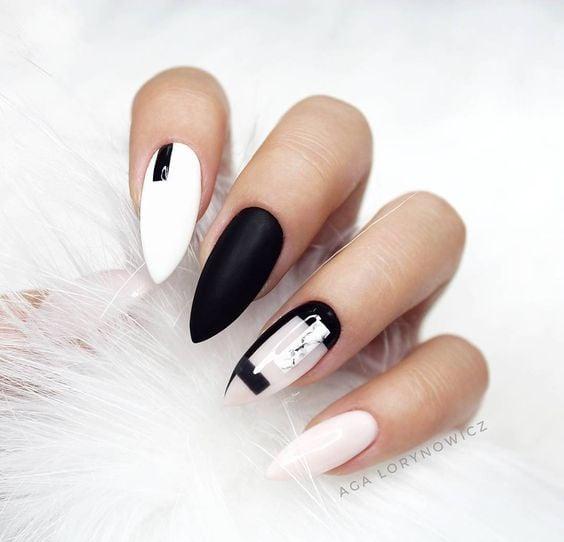 Chica con manicura stiletto en colores blanco y negro