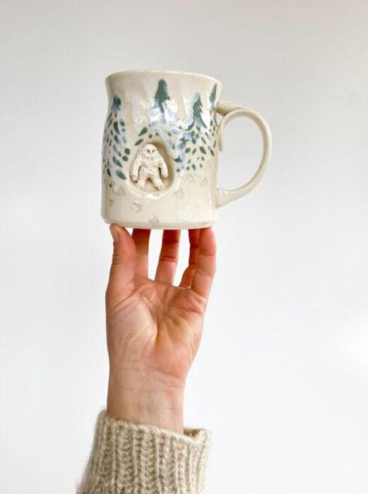 Taza de Brooke Knippa de AP Curiosities Art Studio de Yeti