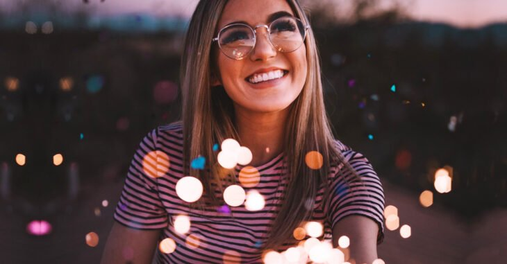 chica con lentes sonriendo