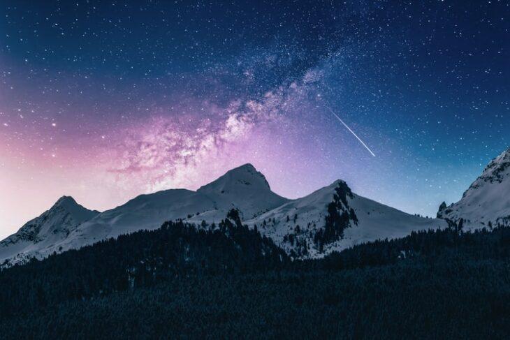 Noche con estrellas fugaces