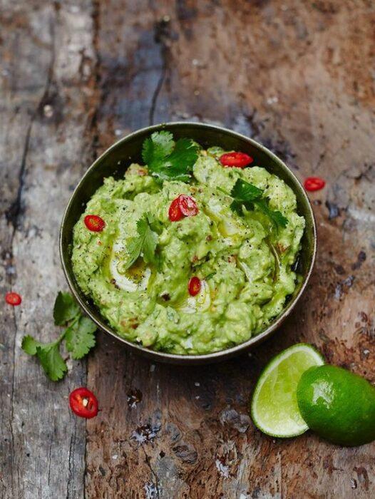 guacamole con tomate y lomón; 15 Deliciosas y sencillas botanas para disfrutar del Super Bowl