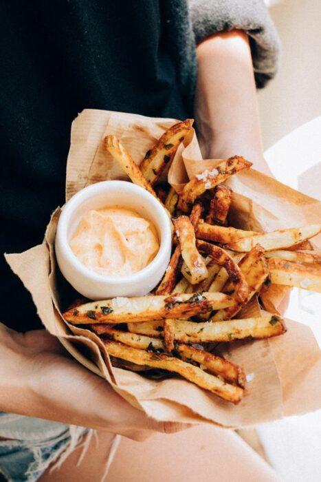 papas fritas con aderezo de chiplote; 15 Deliciosas y sencillas botanas para disfrutar del Super Bowl