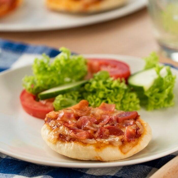 Pizzetas en sartén con queso y jamón; 15 Deliciosas y sencillas botanas para disfrutar del Super Bowl