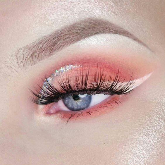 sombra de ojos en color melón con delineado de glitter