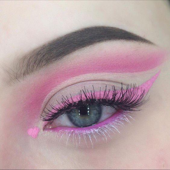 Maquillaje de ojos ccon sombras y delineados en rosa pastel